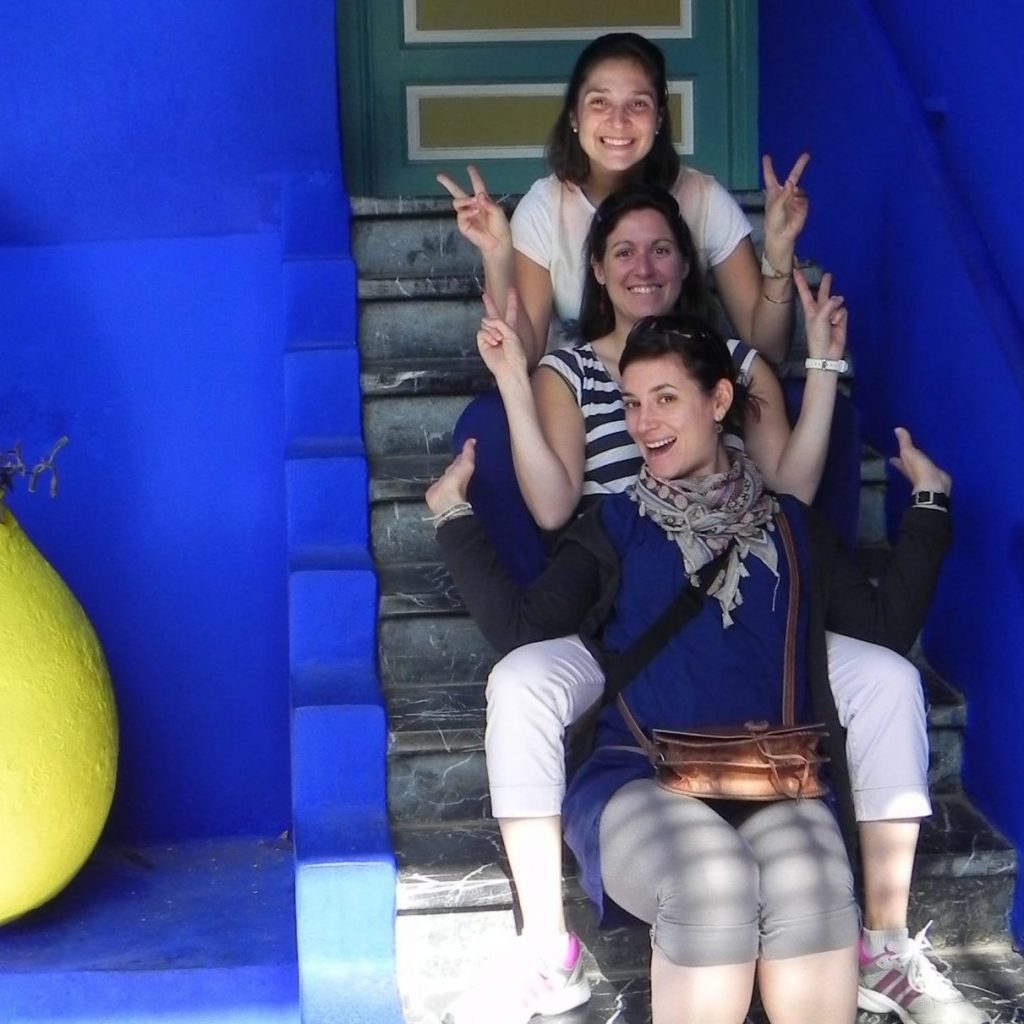 3 femmes assises sur escalier au jardin de majorelle
