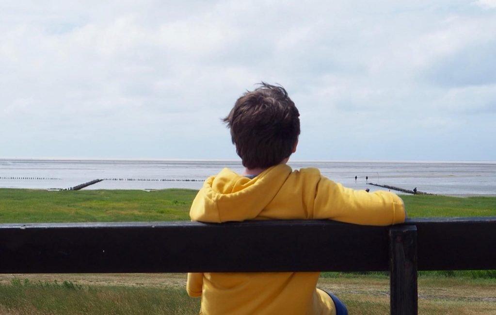 enfant devant la mer au danemark voyage en famille