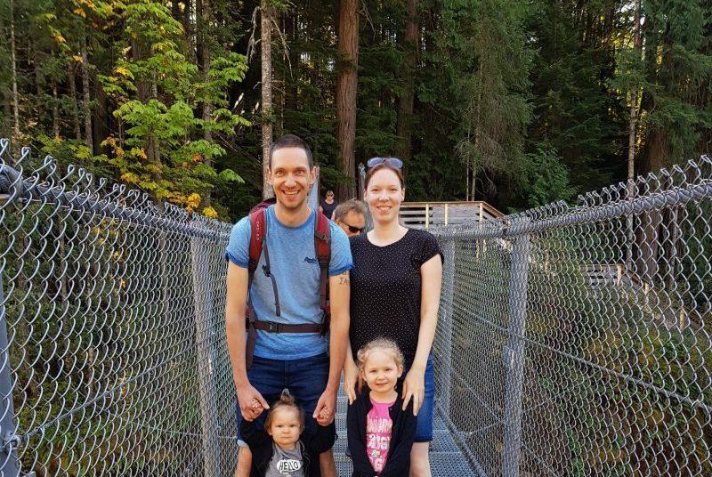famille sur un pont suspendu au canada