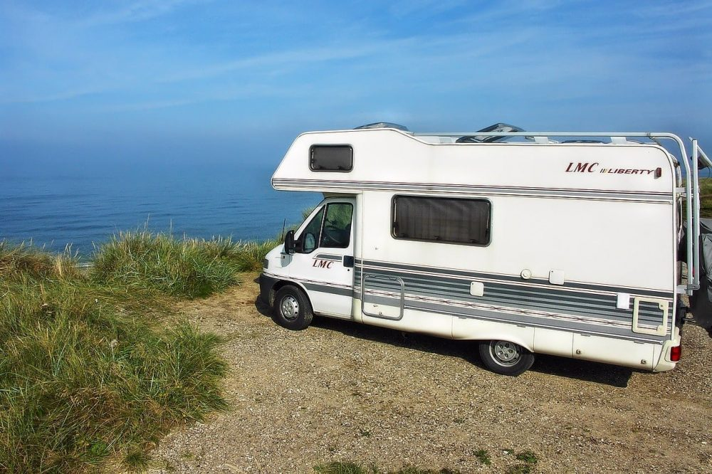 camping car sur falaisie au bord de la mer