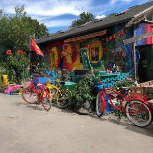 vélos colorés ambiance hippie maison colorée