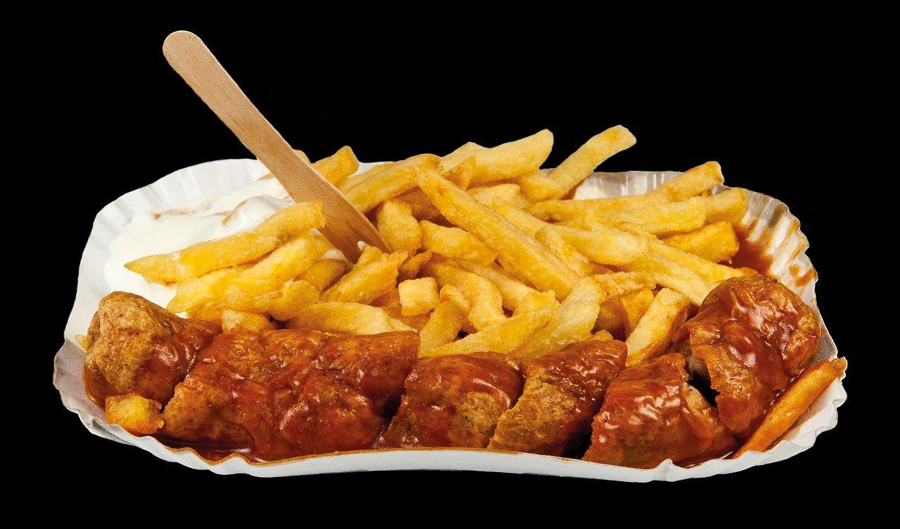 frittes et saucisse avec sauce
