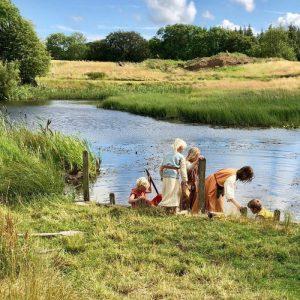 famille viking au bord de l'eau