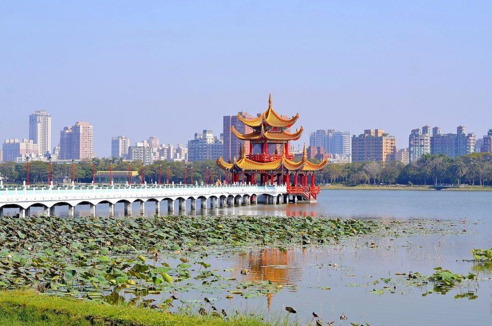 temple sur lac buildings autour du lac