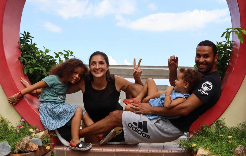 famille avec 2 enfants en malaisie en voyage