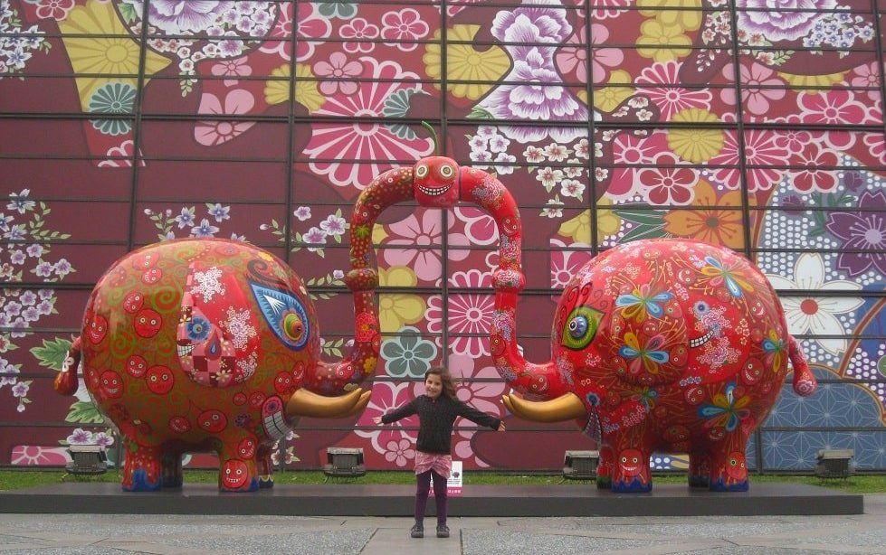 enfant devant des animaux rose