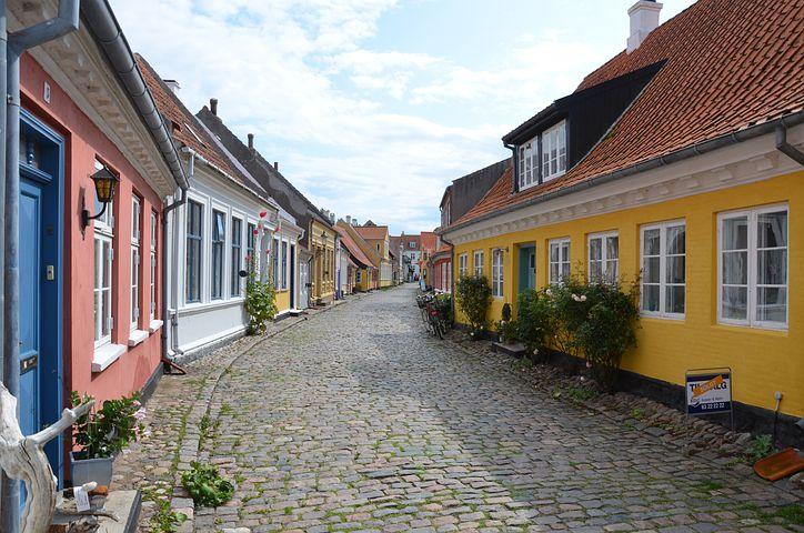 village rue pavée facade colorée