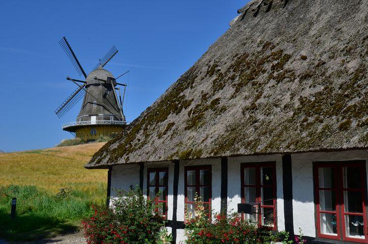 moulin et maison toit de chaume