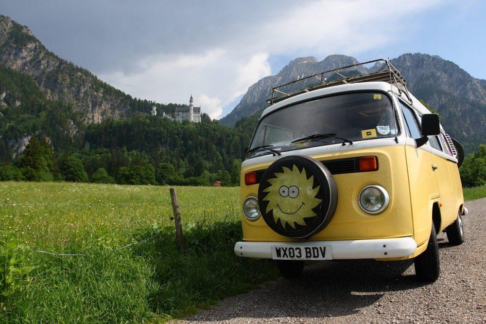 van volkswagen jaune dans les montagnes