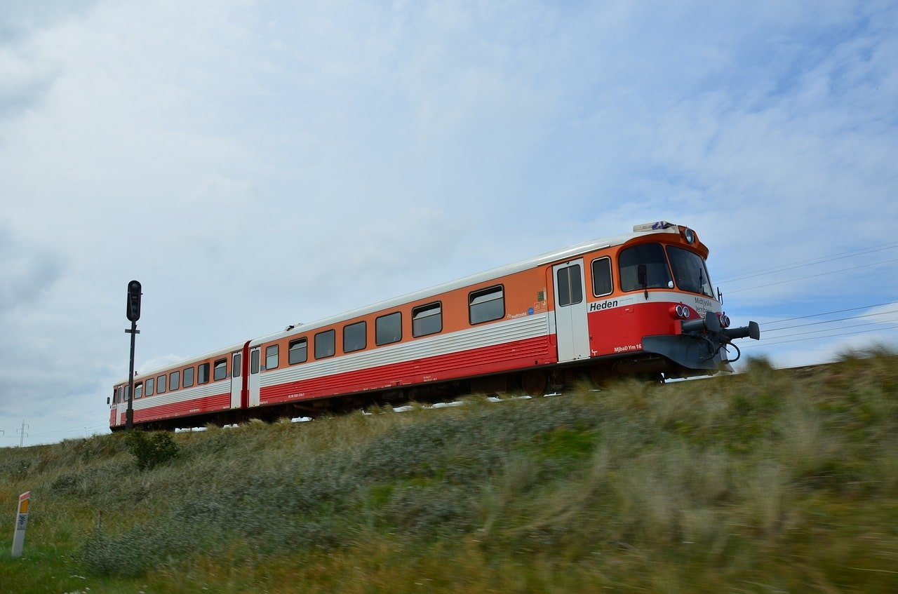 train rouge dans campagne