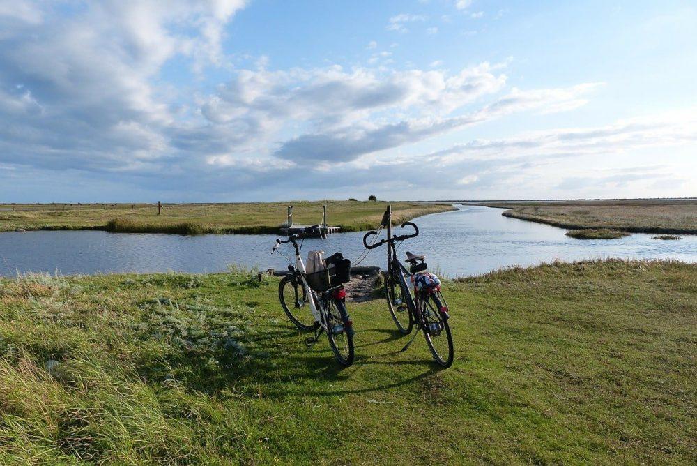 deux velos au bord de l'eau
