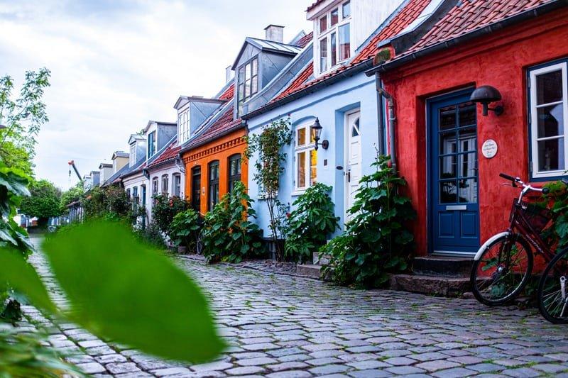maison coloree rue pavee velo