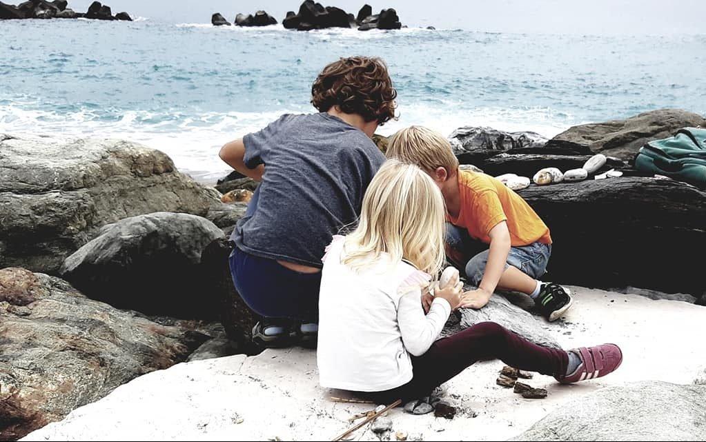 enfants jouant au bord de la mer a taiwan voyage en famille
