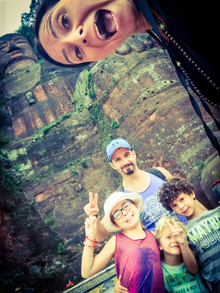 famille devant grand bouddha chine