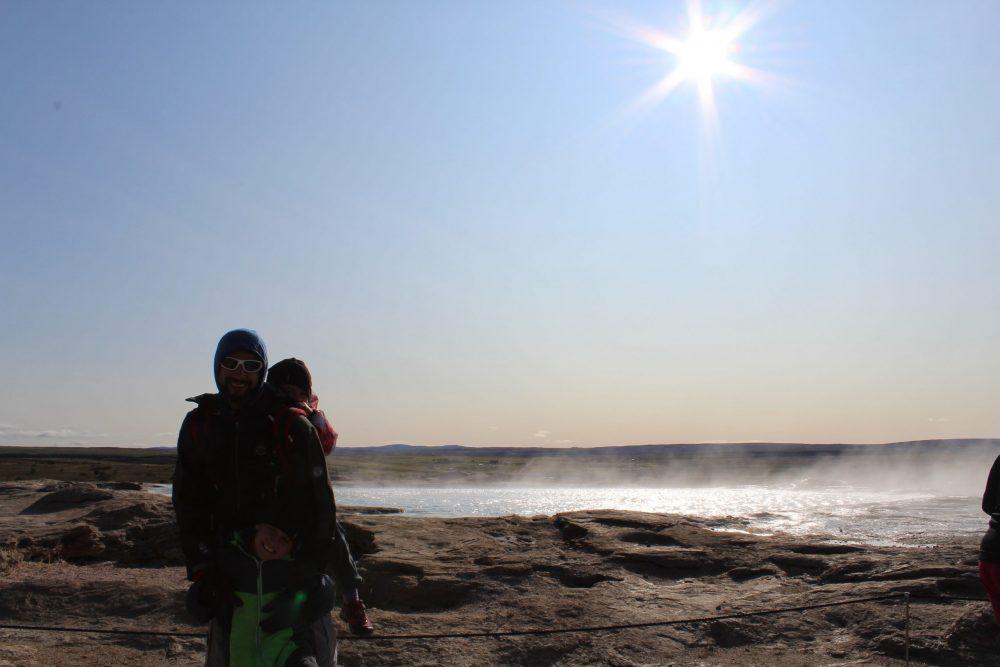papa et enfant devant la mer islande