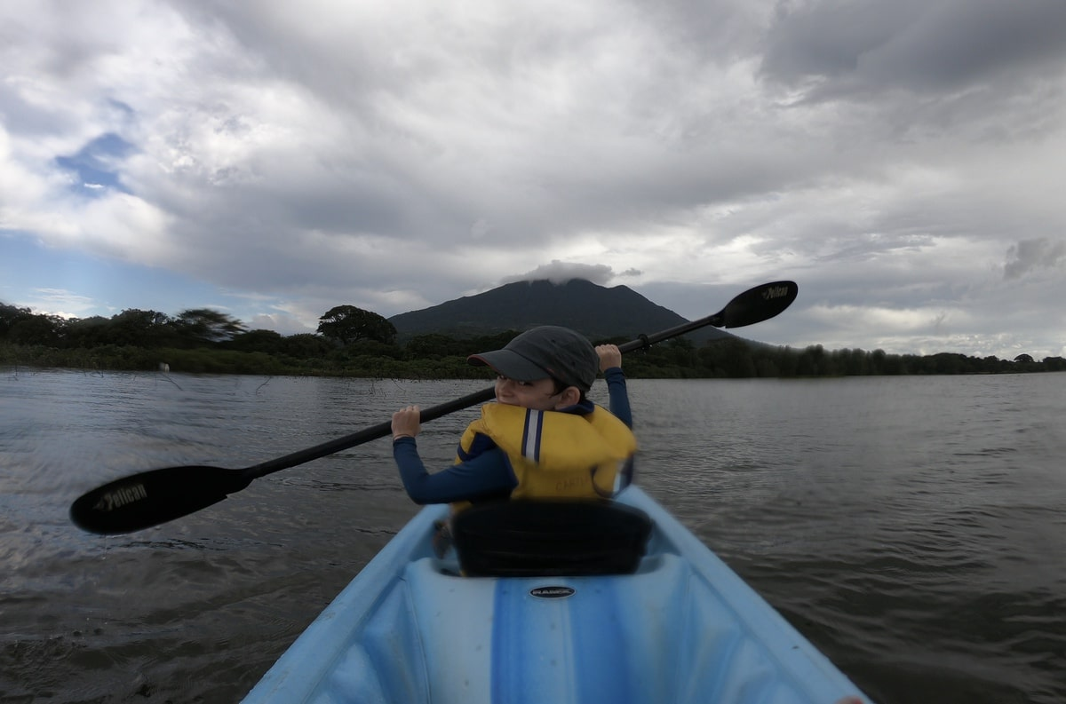 enfant kayak ometepe nicaragua volcan