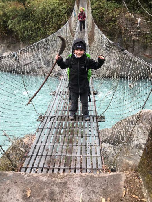 enfant sur pont suspendu nepal