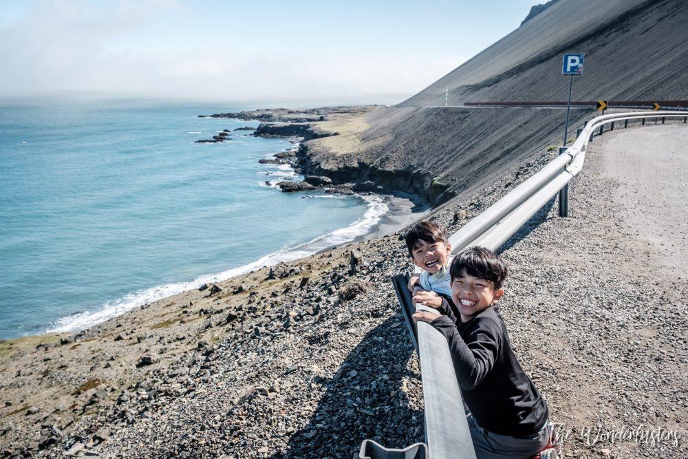 enfant regardant la mer islande