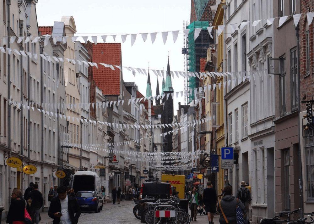 rue de lubek avec drapeaux