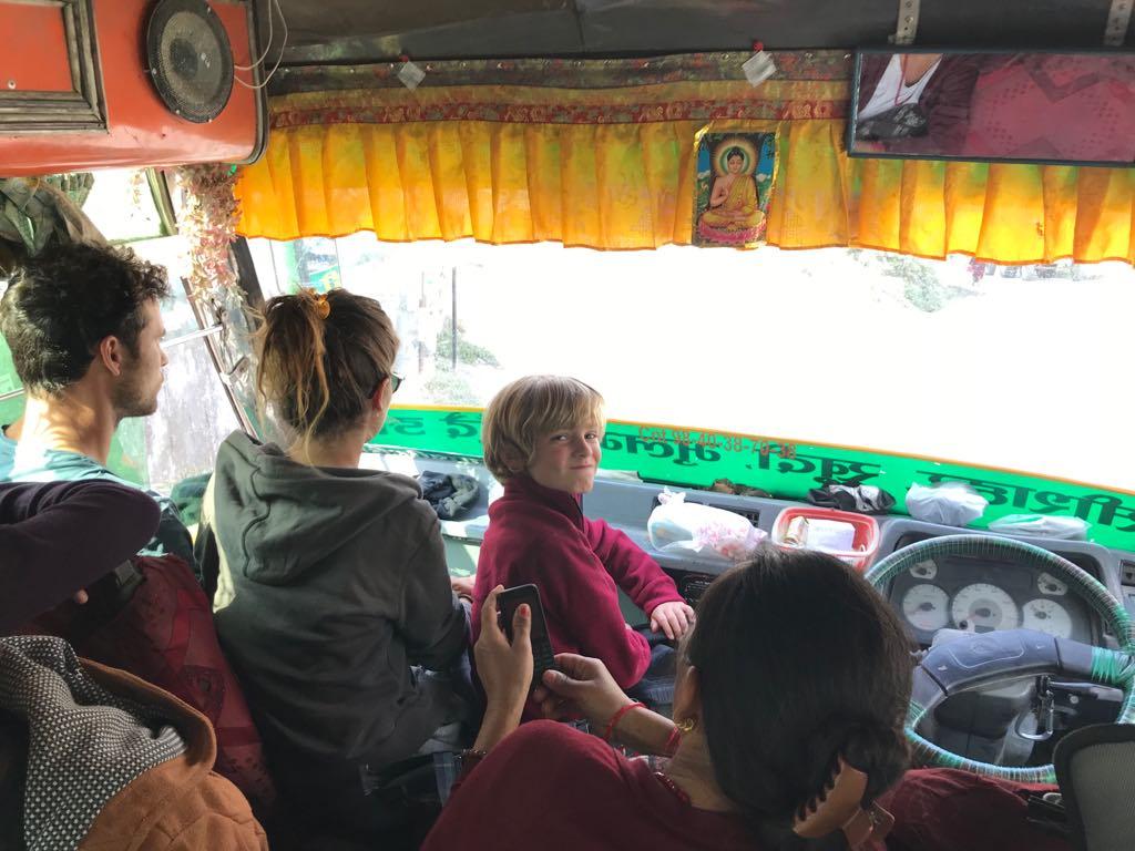 bus nepal enfant