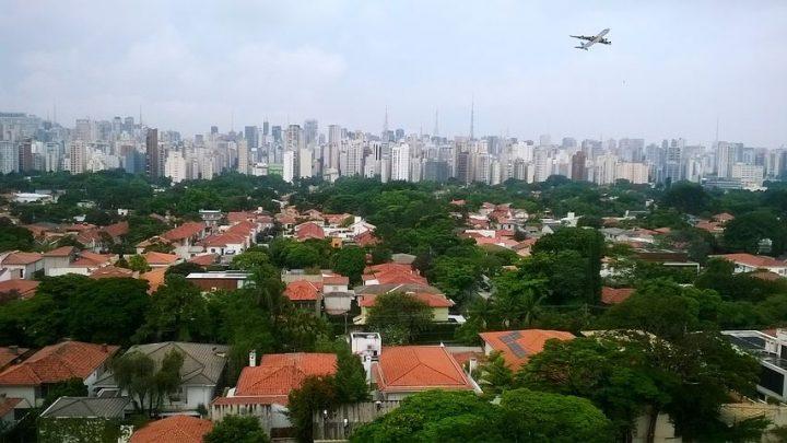 avion au dessus ville