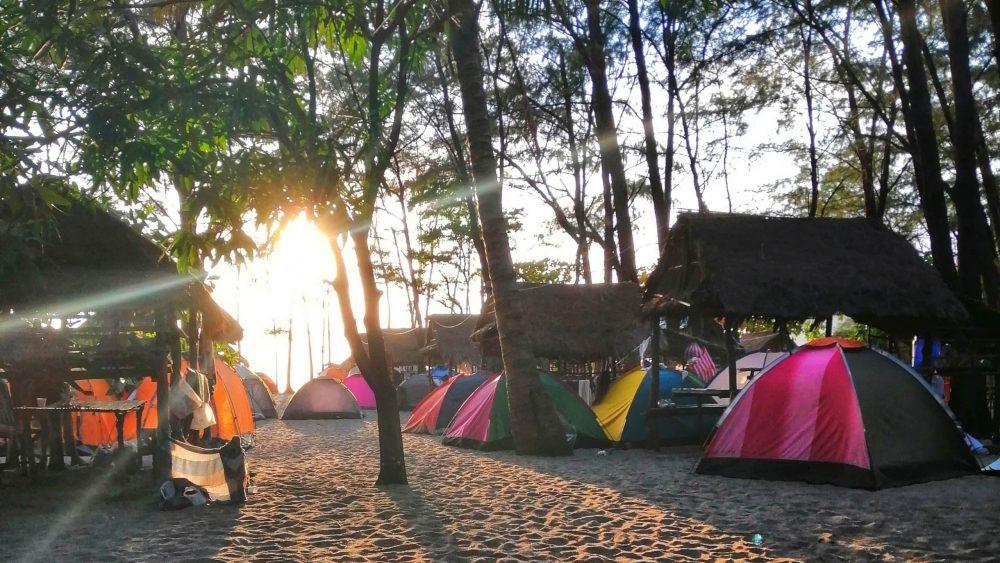 camping aux philippines sur la plage