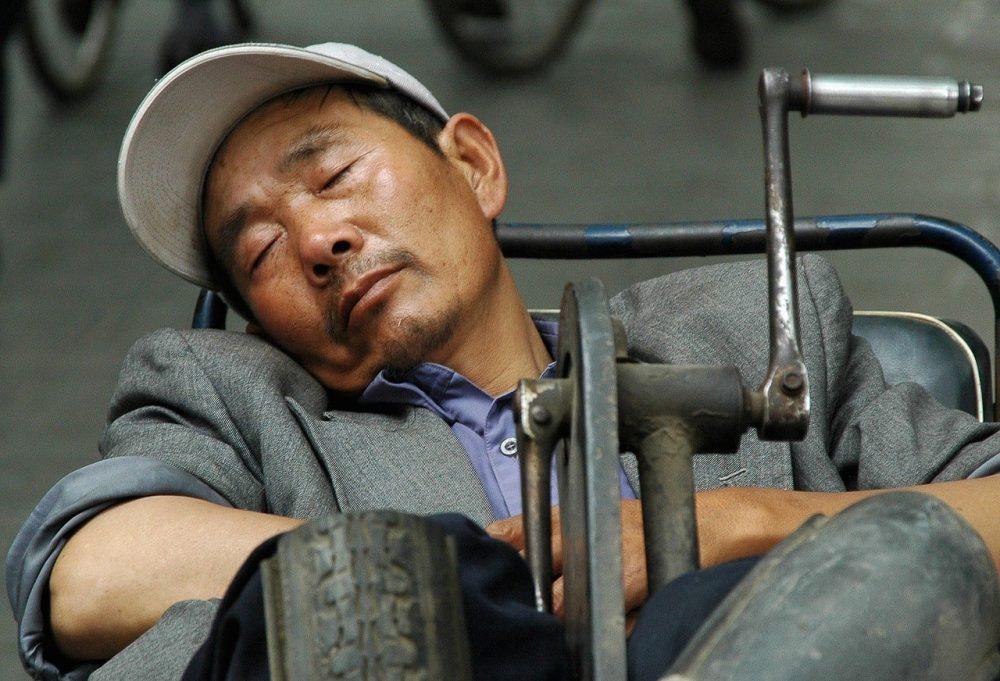 personne dormant dans tuk tuk