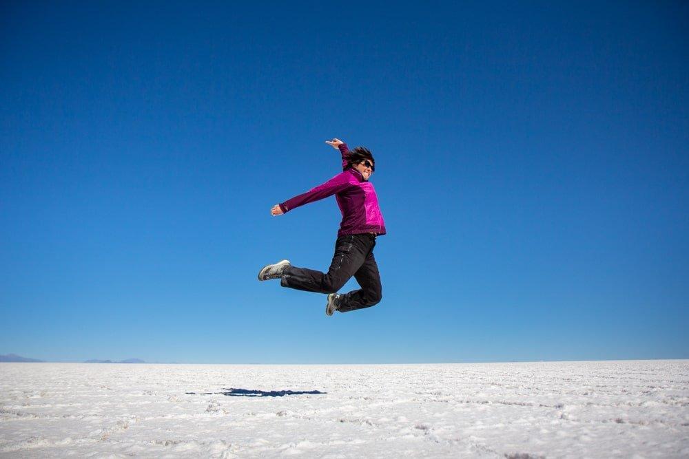 femme saute dans salar uyuni bolivie