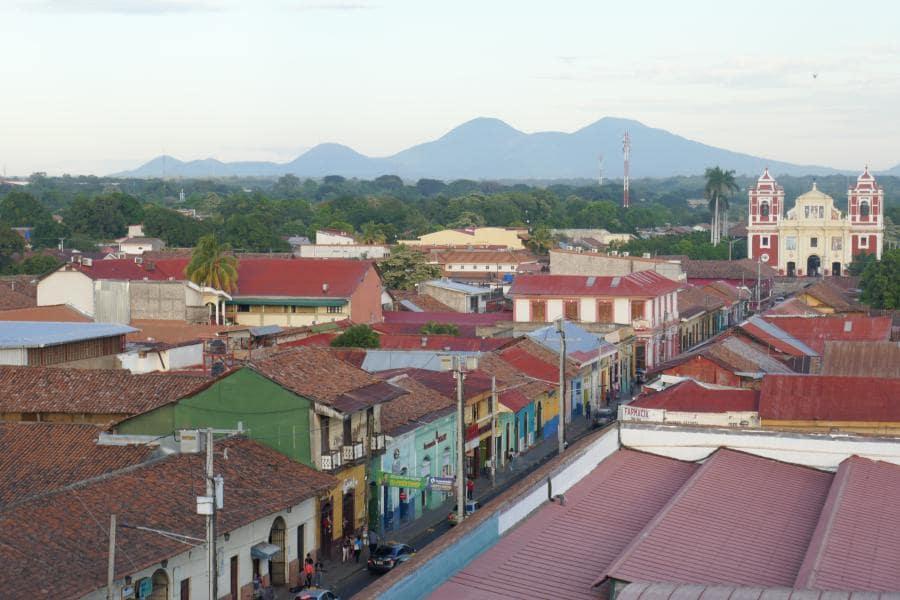 toits et eglise de leon nicaragua