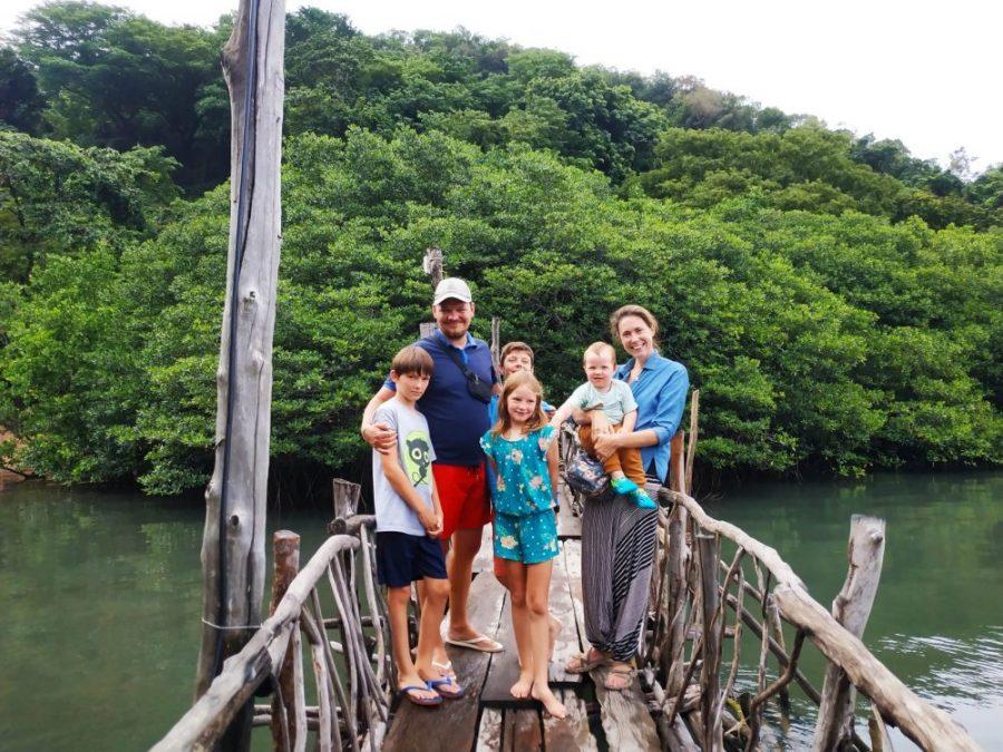 famille aux philippines sur un ponton