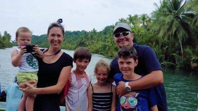 famille à la plage aux philippines