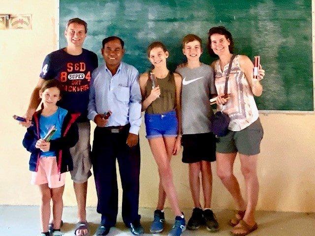 famille visite une école au cambodge