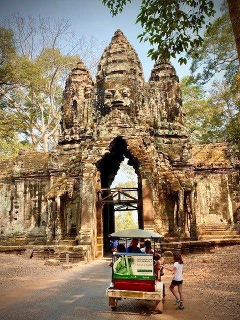 temple d'angkor en famille avec 3 enfant en tuk tuk