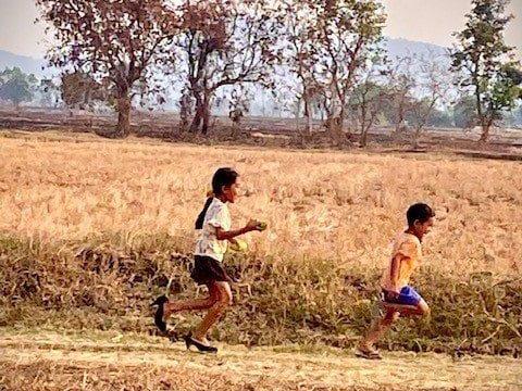 enfant a la campagne cambodge