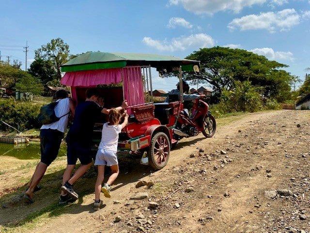 tuk tuk se deplacer au cambodge en famille