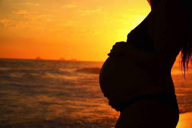 coucher de soleil femme enceinte plage