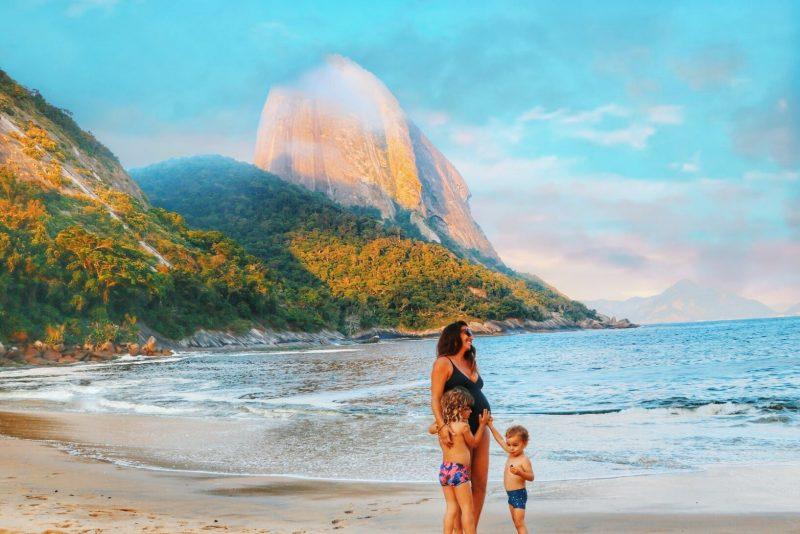 femme enceinte en voyage à la plage