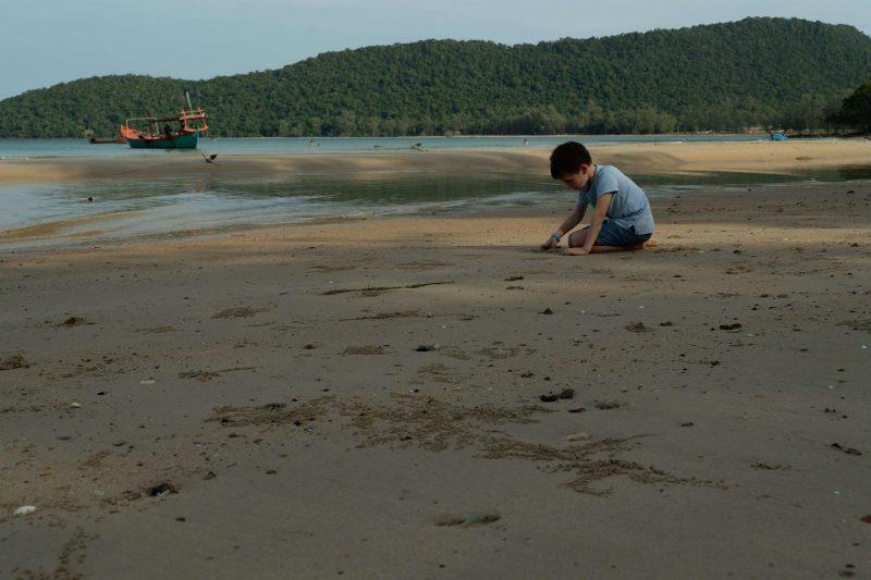 enfant sur plage au cambodge à koh rong sanloem