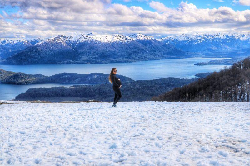 femme enceinte en voyage neige