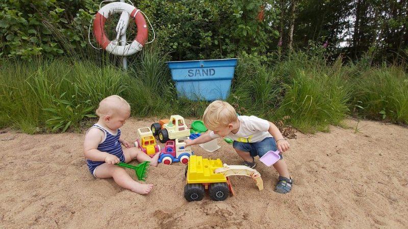 Enfants sur la plage en suède