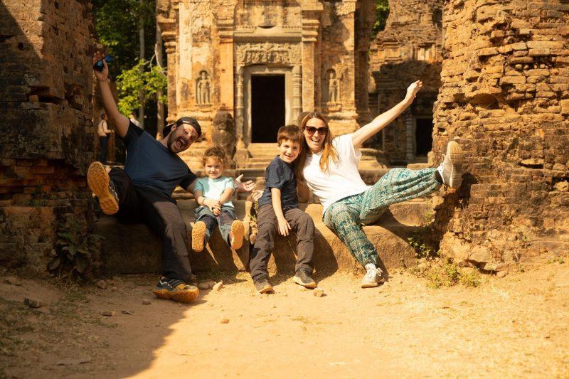 famille avec 2 jeunes enfants à Angkor wat