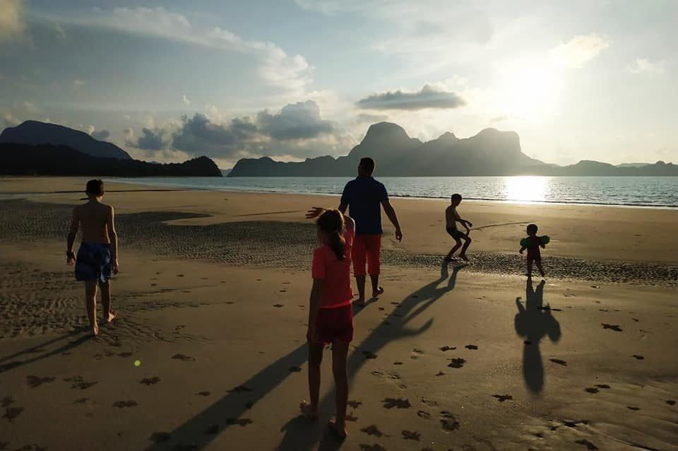 famille nombreuse jouant sur une plage aux philippines