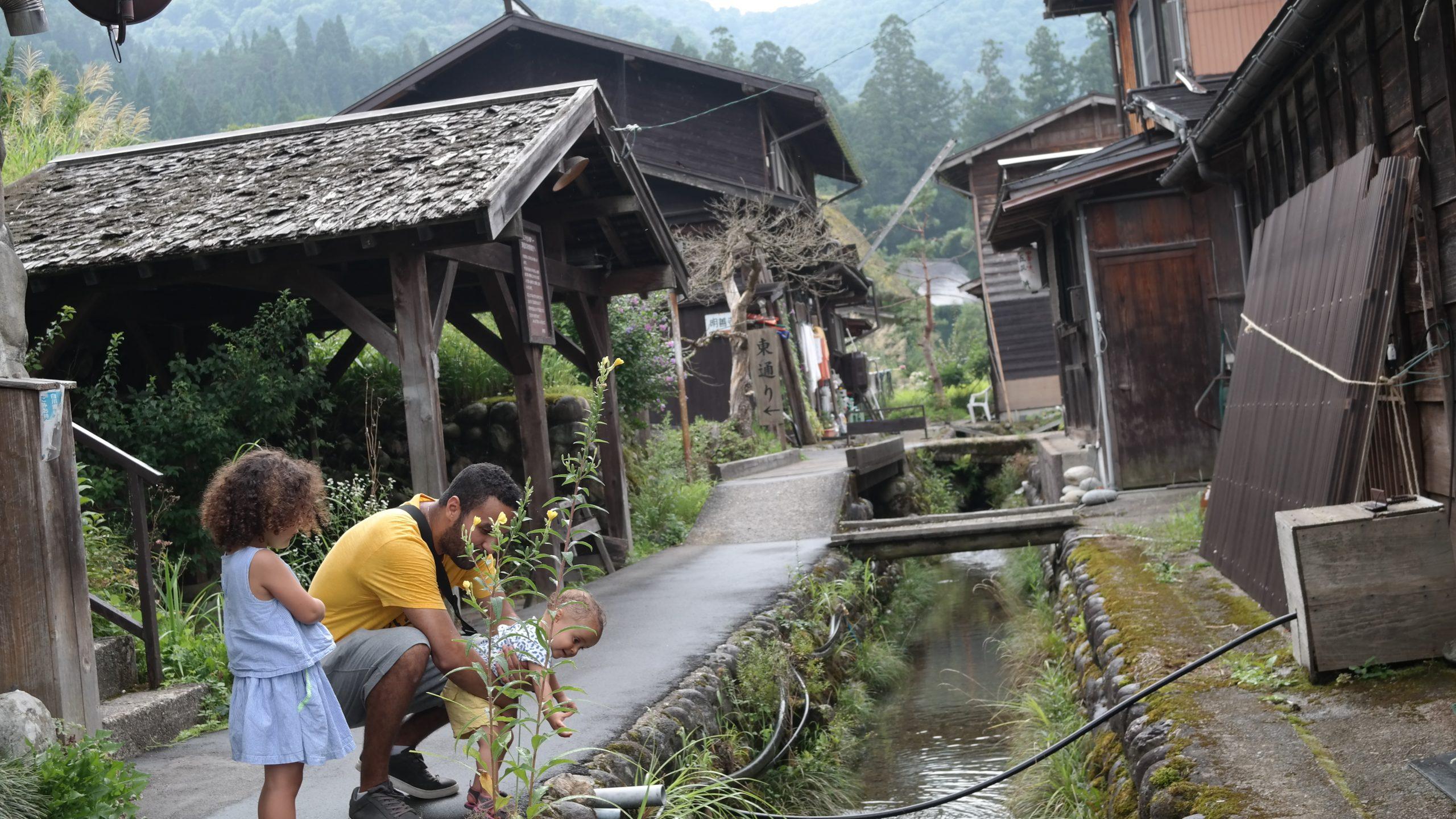 famille dans villages maison toit de chaume japon