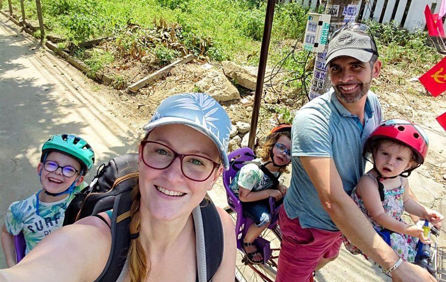 famille en voyage à vélo au vietnam