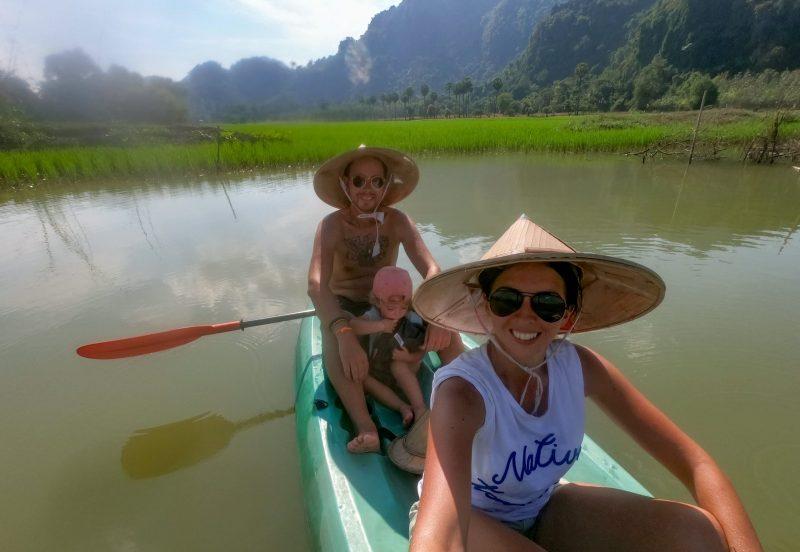 famille sur une barque au Myanmar