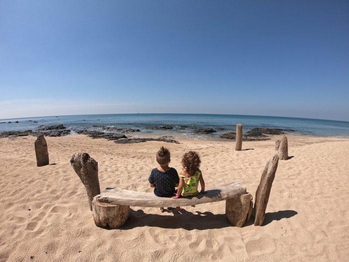 Enfants à la plage en voyage en thailande