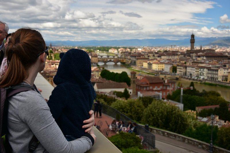 Enfant et sa maman en voyage en Italie