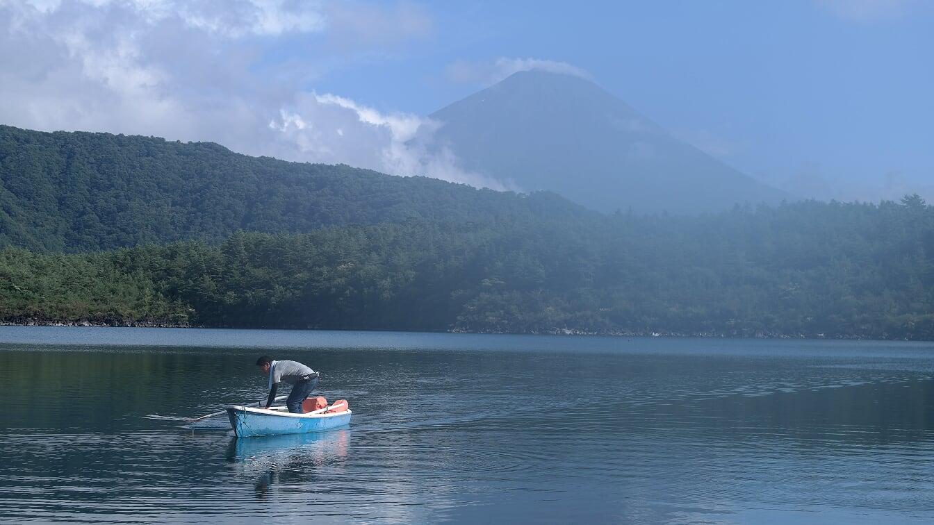 bateau sur lac avec mont fuji