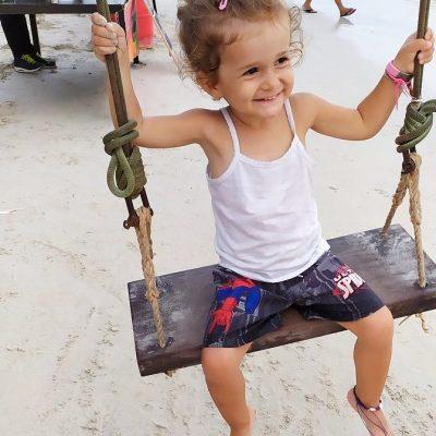 Enfant sur une balançoire en Thailande