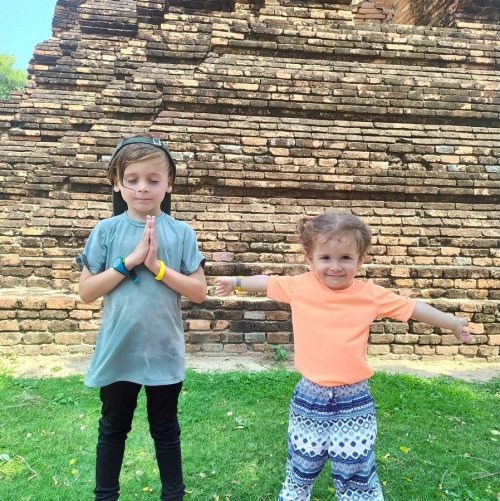 Enfants en thailande devant un temple